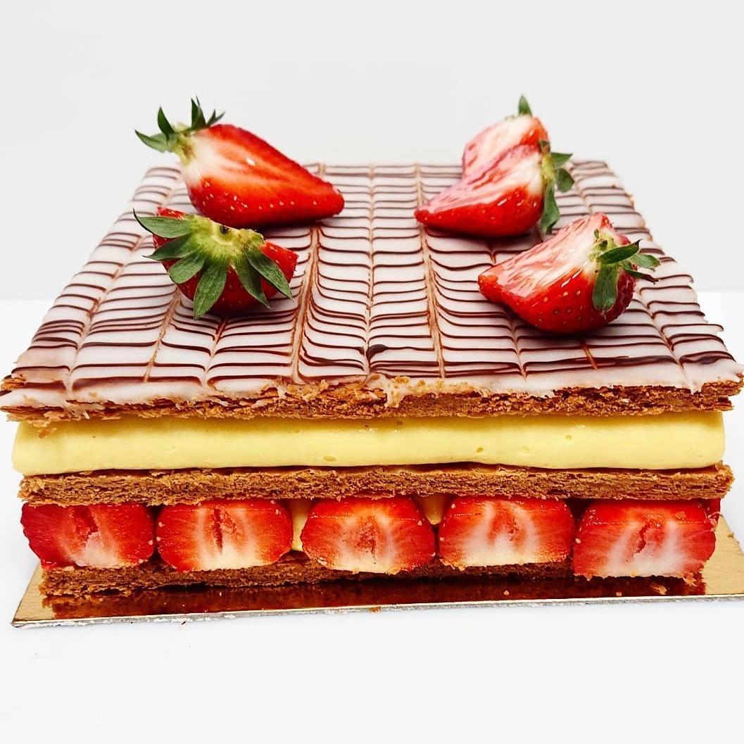 Feuilletage, crème pâtissière, fraises 4 pers. 20 € 6 pers. 30 € 8 pers. 40 € 10 pers ou plus, nous contacter Selon saison