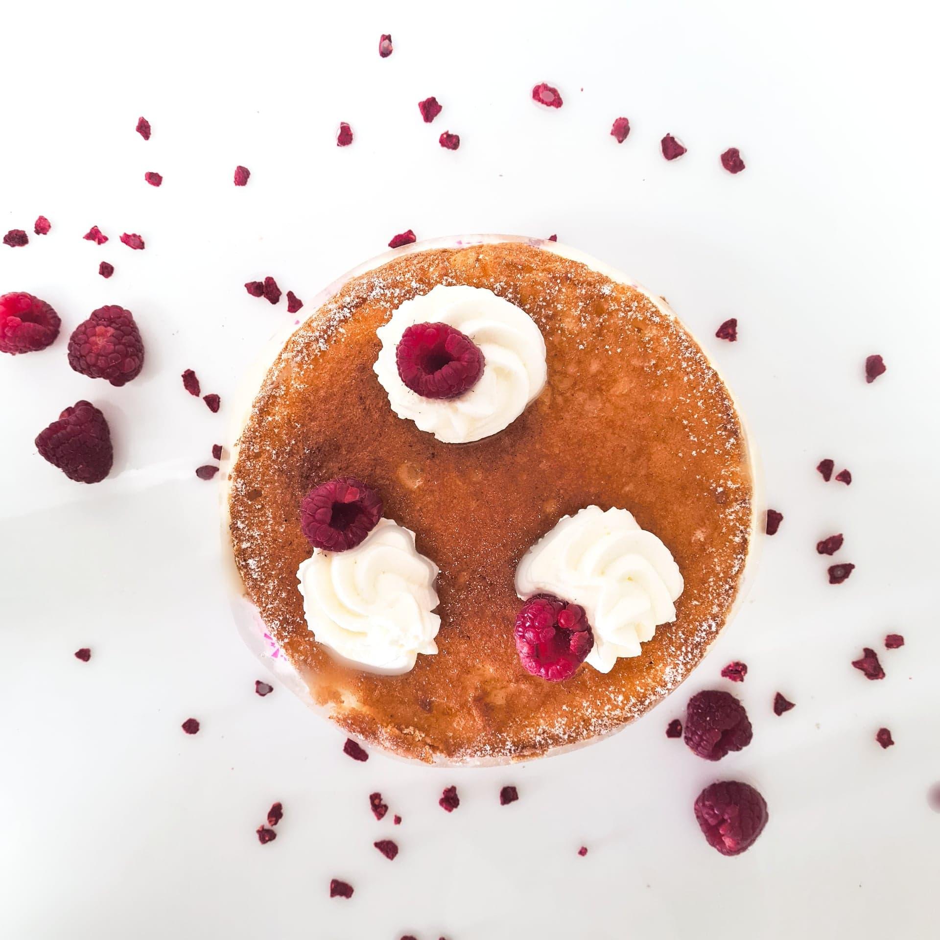 Génoise, crème légère à la vanille, fruits ( framboises ou framboises/myrtilles ), chantilly 4 pers. 18 € 6 pers. 27 € 8 pers. 36 € 10 pers. ou plus, nous contacter