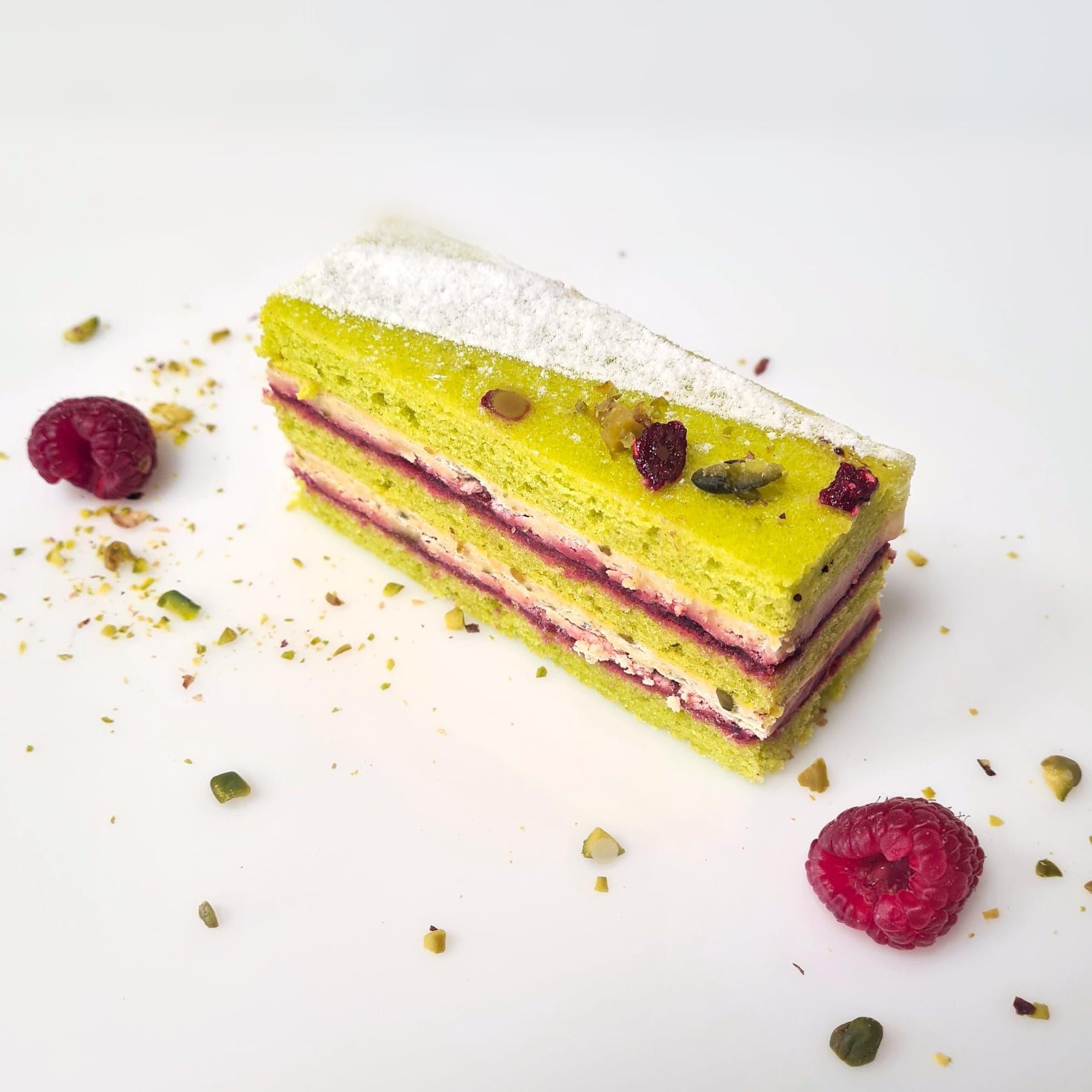 Biscuit Joconde, confit de framboises, crème pistache, éclats de pistaches 3,50 €