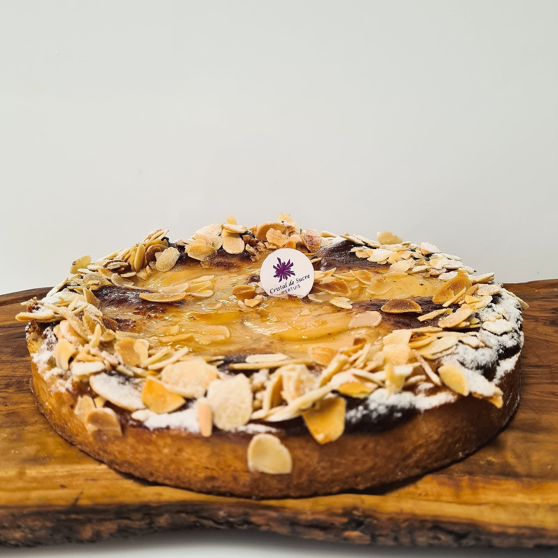 Pâte sucrée, crème d'amande, poires, amandes effilées 4 pers. 18 € 6 pers. 27 € 8 pers. 36 € 10 pers. ou plus, nous contacter