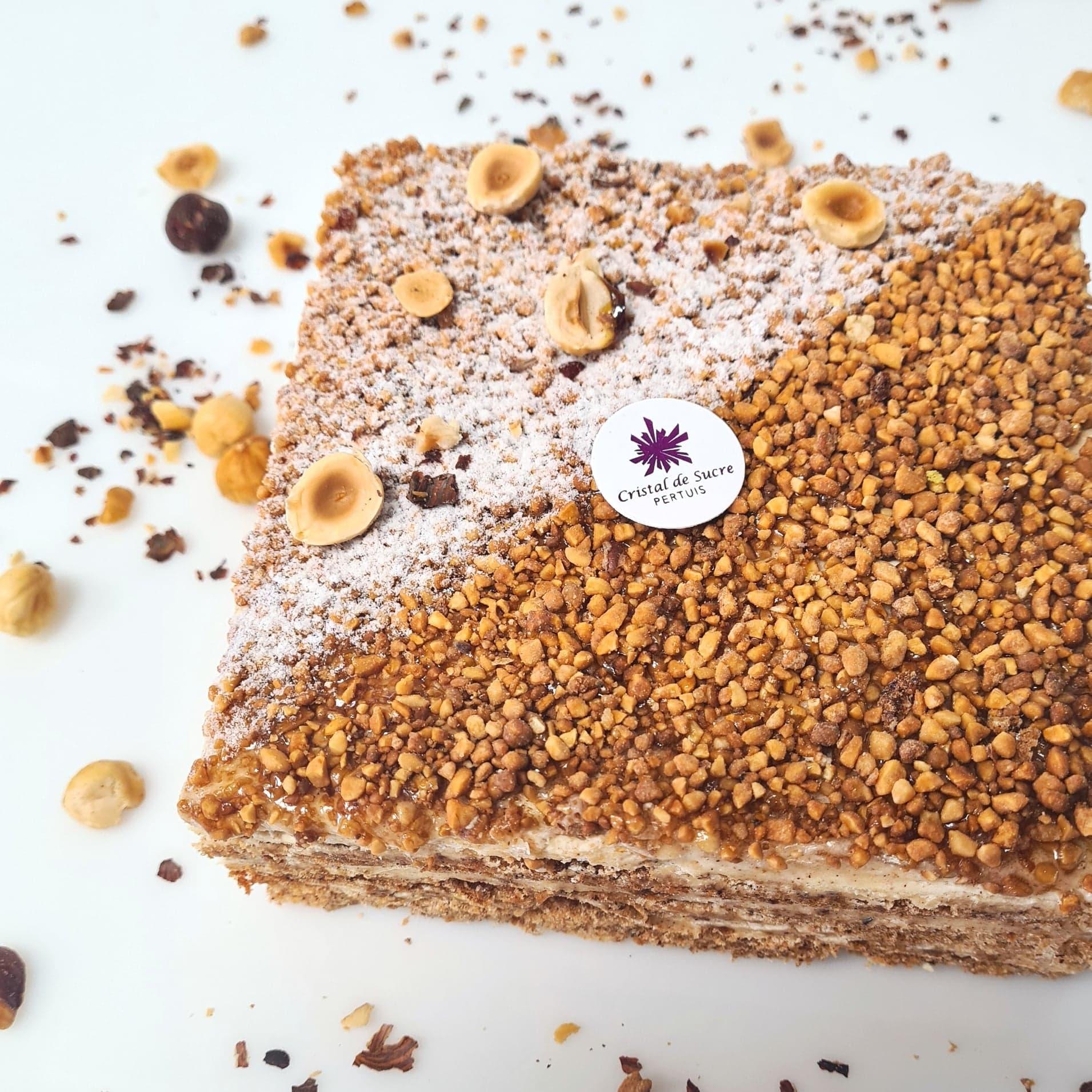 Biscuit meringué à la noisette, crème praliné aux noisettes du Piémont IGP, éclat de nougatine 4 pers. 22 € 6 pers. 33 € 8 pers. 44 € 10 pers. ou plus, nous contacter