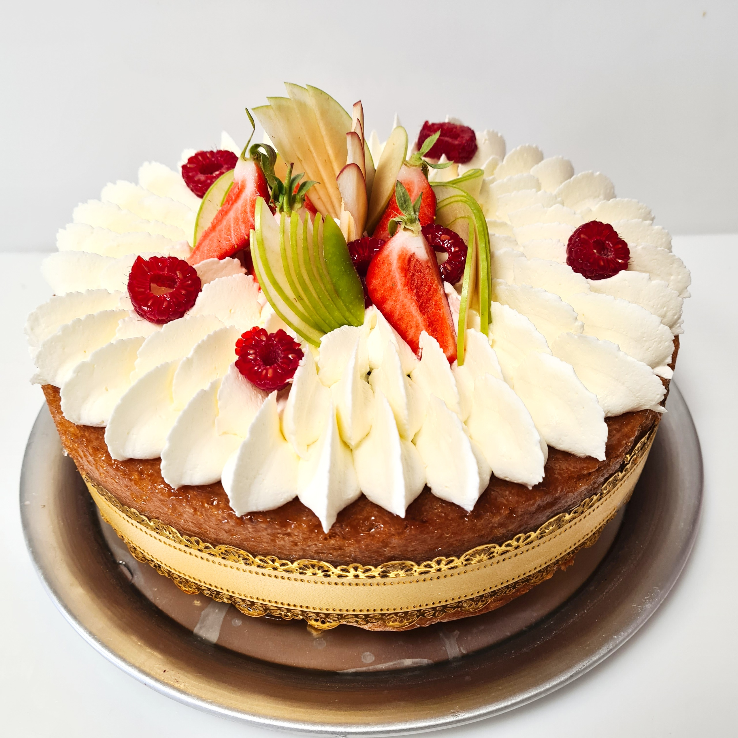 Pâte a baba, rhum, chantilly, fruis frais 4 pers. 22 € 6 pers. 33 € 8 pers. 44 € 10 pers. ou plus, nous contacter