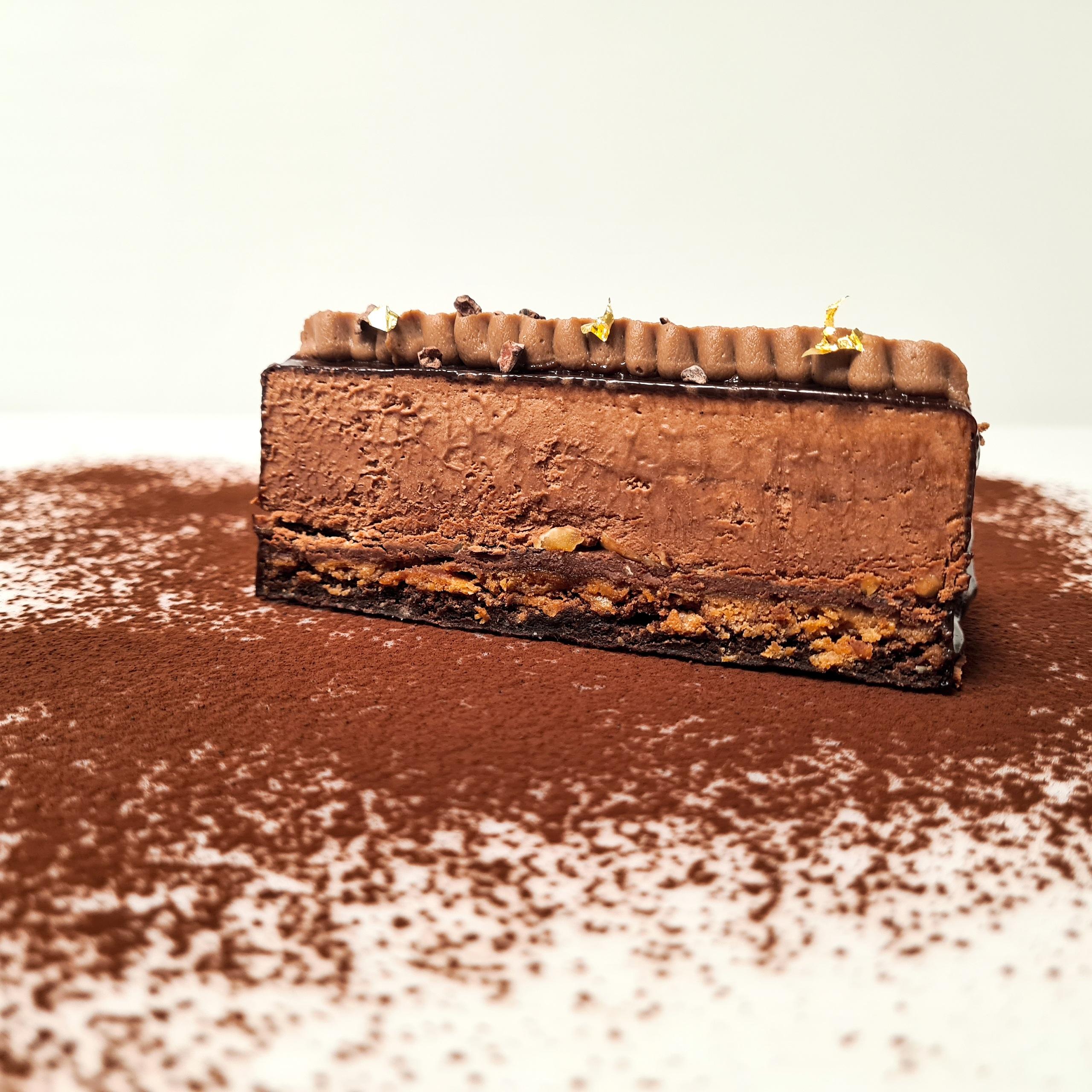 Biscuit moelleux cacao, croustillant praliné, ganache chocolat noir, mousse chocolat noir 3,5€