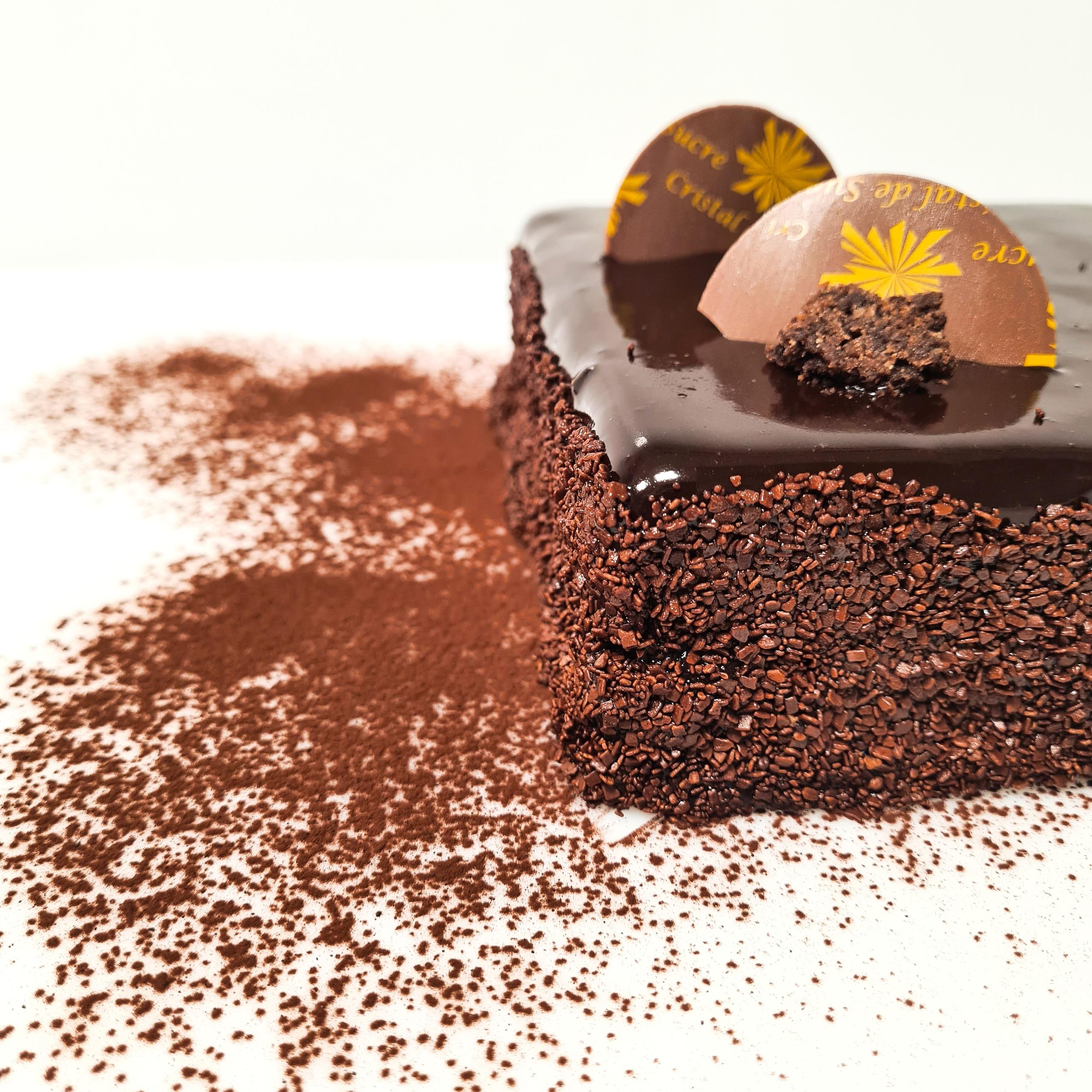 Biscuit moelleux cacao, croustillant praliné, ganache chocolat noir, mousse chocolat noir 4 pers. 22 € 6 pers. 33 € 8 pers. 44 € 10 pers. ou plus, nous contacter